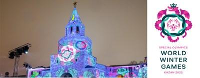 El logotipo de los Juegos Mundiales de Invierno de Olimpiadas Especiales Kazán 2022 fue revelado con una proyección sobre el Kremlin de Kazán, un sitio patrimonio mundial de la UNESCO
