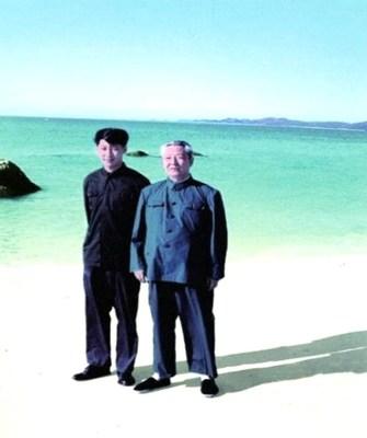 Fotografía de archivo de Xi Jinping (izquierda) con su padre, Xi Zhongxun. /CMG (PRNewsfoto/CGTN)