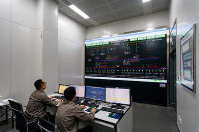 El personal de la State Grid Suzhou Power Supply Company inicia la transmisión de energía de la válvula de conversión n.°1 para la estación central de Pangdong el 29 de junio de 2021 en Suzhou, provincia de Jiangsu al este de China. (PRNewsfoto/Xinhua Silk Road)